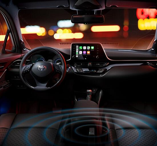 Toyota C-HR interiör med mulitmediaskärm